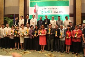 The 2014 PAJ-SMC Binhi Awardees (front row), along with PAJ President Roman Floresca (5th from left, 2nd row), keynote speaker Francisco Alejo III (6th from left), president of San Miguel PureFoods, and former agriculture secretary Senen Bacani (4th from left, 2nd row). At 2nd row, from left: Mary Jane Oconer Llanes, AVP, SMC Media Affairs Group; Noel O. Reyes, PAJ vice president and chairman of 2014 Binhi Awards committee; former DA Secretary Dr. William Dar, ICRISAT director general; Gene Hettel, senior science editor and historian, International Rice Research Institute (IRRI); Gani Oro, anchorman of 'Serbisyo All Access,' 9 NEWS TV (Solar TV); and Leo A. Deocadiz, editor-publisher of 'The Sun Hong Kong.'